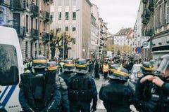 Police de Strasburg fixant la zone pendant la protestation image stock