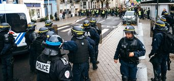 Police de Strasburg fixant la zone pendant la protestation photos stock