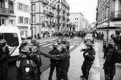 Police de Strasburg fixant la zone pendant la protestation photographie stock