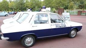 Police de voiture de vintage de la période communiste Dacia 1300 banque de vidéos