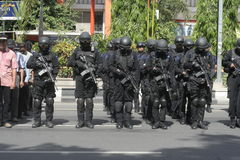 POLICE ET FORCES DE SÉCURITÉ DANS NOËL ET NOUVELLE ANNÉE DANS LA VILLE JAVA-CENTRALE SOLO Images libres de droits