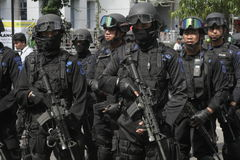 POLICE ET FORCES DE SÉCURITÉ DANS NOËL ET NOUVELLE ANNÉE DANS LA VILLE JAVA-CENTRALE SOLO Photographie stock libre de droits