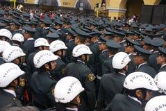 Police féminine de passage observant un défilé Image stock