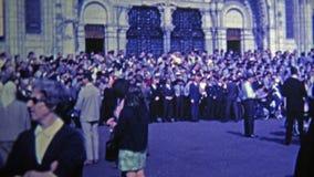 1969 : Police française bénie pendant la cérémonie à l'église clips vidéos