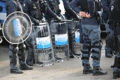 Police italienne avec les boucliers et le tenue anti-émeute pendant l'événement dans la ville Photos stock