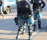 Police italienne dans le tenue anti-émeute avec des gilets pare-balles et des hel protecteurs Photographie stock libre de droits