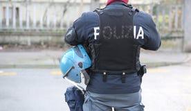 Police italienne dans le tenue anti-émeute avec les mots POLIZIA qui signifie le PO Images libres de droits