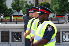 Police lined up by statue Stock Photo