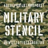 Police militaire d'alphabet de pochoir Dactylographiez les lettres et les nombres sur le fond sans couture affligé de camo illustration libre de droits