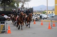 Police péruvienne de cheval près du palais de gouvernement sur la plaza de Armas à Lima images stock