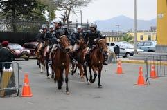 Police péruvienne de cheval près du palais de gouvernement sur la plaza de Armas à Lima photo stock
