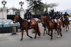 Police péruvienne de cheval près du palais de gouvernement sur la plaza de Armas à Lima photos libres de droits