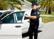 Police - quitter le véhicule de police Photos libres de droits
