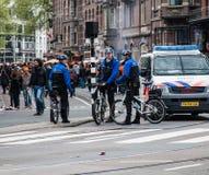 Police sur des vélos chez Koninginnedag 2013 Photo libre de droits