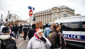 Police surveilling l'entrée au marché de Noël de Strasbourg images libres de droits