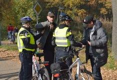 Police vérifiant l'identification photos libres de droits