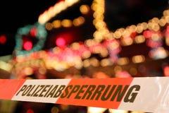 Policeline перед городом освещает к ноча тематического парка стоковые фото