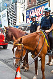 Policeofficer está montando su caballo Fotos de archivo
