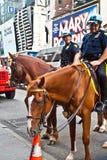 Policeofficer sta montando il suo cavallo Fotografie Stock