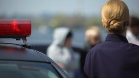 Policial que chega na cena do crime, em sair do carro e em ir às testemunhas video estoque