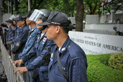 Policie em à espera fora de uma embaixada americana Fotografia de Stock Royalty Free