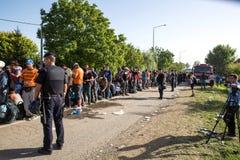 Policie a guarda da linha de espera de refugiados em Tovarnik Imagem de Stock Royalty Free
