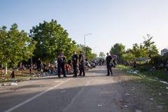 Policie a guarda da linha de espera de refugiados em Tovarnik Imagens de Stock Royalty Free