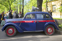 Policie Moskvich-401 na parada de veículos do vintage St Petersburg Foto de Stock Royalty Free