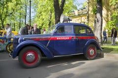 Policie Moskvich-401 na parada de veículos do vintage St Petersburg Imagem de Stock