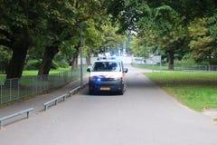 Policie o ônibus que conduz com sirenes e luzes azuis em Haia fotografia de stock royalty free