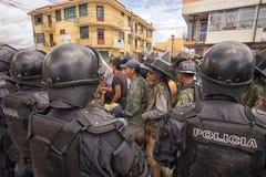 Policie o alinhamento na rua durante Inti Raymi em Equador Foto de Stock