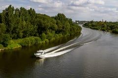 Policie o barco de patrulhamento no rio, para a resposta de emergencia Imagens de Stock