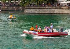 Policie o barco a motor no rio de Limmat durante a parada da rua Foto de Stock