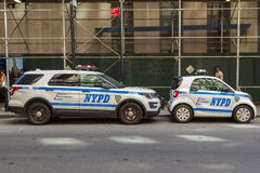 Policie o carro esperto de NYPD e vadear-lo - trafique SUV na rua de Manhattan Fotos de Stock Royalty Free