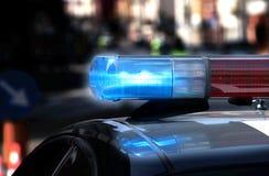 Policie o carro-patrulha com luzes e sirene de piscamento sobre durante o n Imagem de Stock Royalty Free