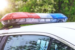 Policie o carro-patrulha com sirenes fora durante um controlo de tráfico azul imagens de stock