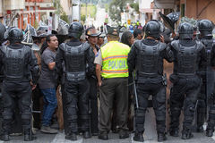 Policie o closing fora do acesso à rua em Equador Imagem de Stock Royalty Free