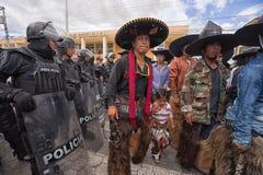 Policie o closing fora do acesso a uma rua em Equador Fotografia de Stock