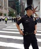 Policier à un rassemblement d'Anti-atout, NYC, NY, Etats-Unis Image libre de droits