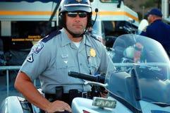 Policier étant prêt pour l'enjeu de qualifications Images libres de droits