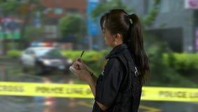 Policier américain asiatique à la scène du crime banque de vidéos