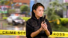 Policier américain asiatique de femme à la scène du crime Photographie stock libre de droits