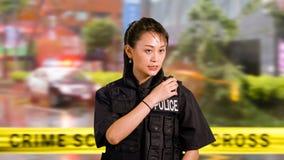 Policier américain asiatique de femme à la scène du crime Image libre de droits