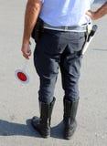 Policier avec des bottes sur la rue dans le point de contrôle Photos libres de droits