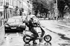 Policier bloquant la rue pendant la protestation photographie stock