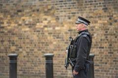Policier britannique armé en service photographie stock libre de droits
