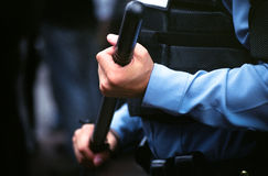 Policier d'émeute avec le bâton Images libres de droits