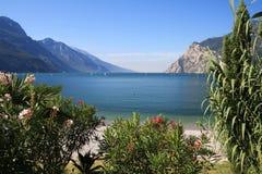 Policier de lac en Italie, entourée par les Alpes Photos stock