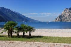 Policier de lac en Italie, entourée par les Alpes Photographie stock libre de droits