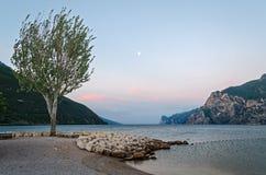 Policier de lac (Italie) et lune Image libre de droits